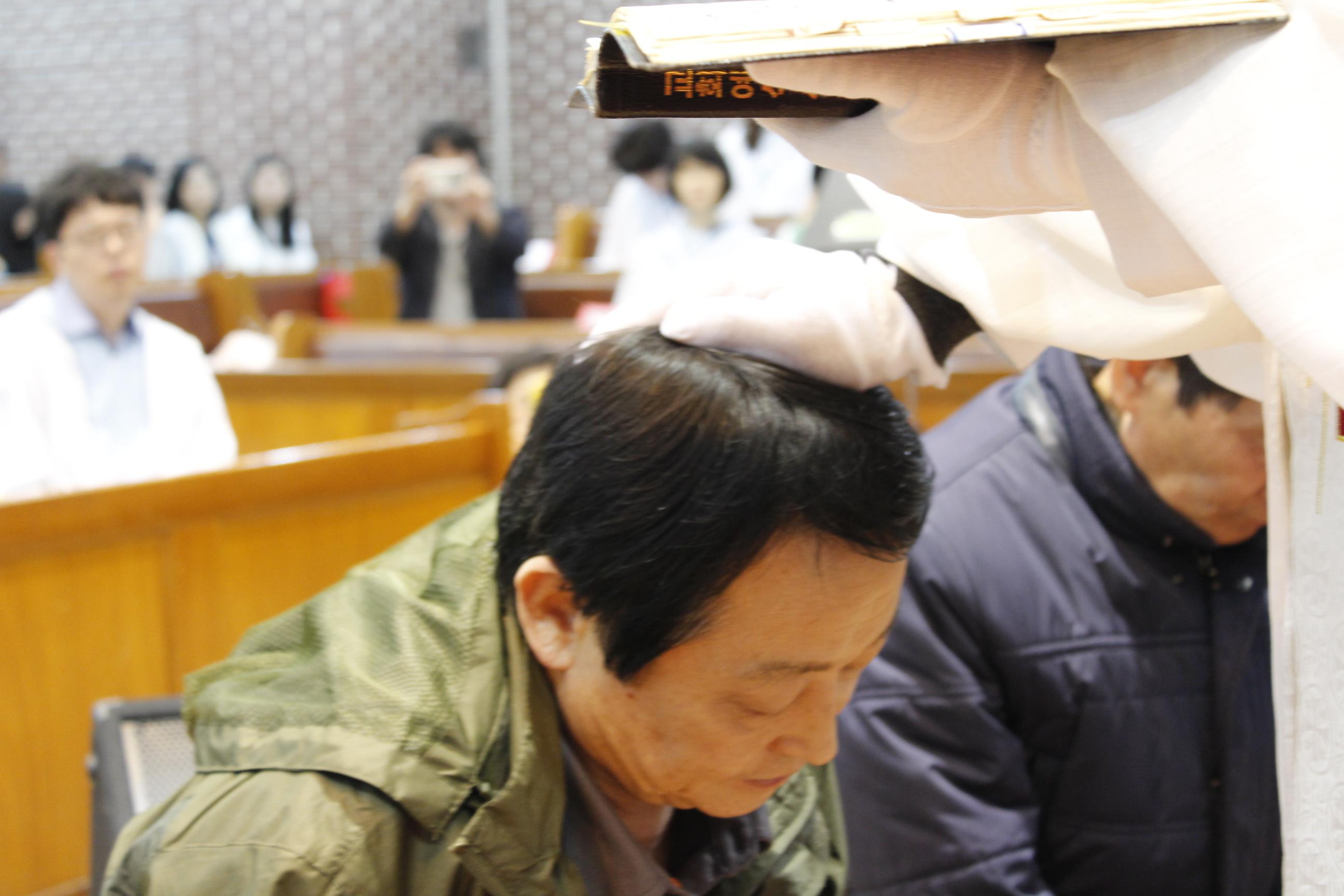 장년 세례식 사진 (7).JPG
