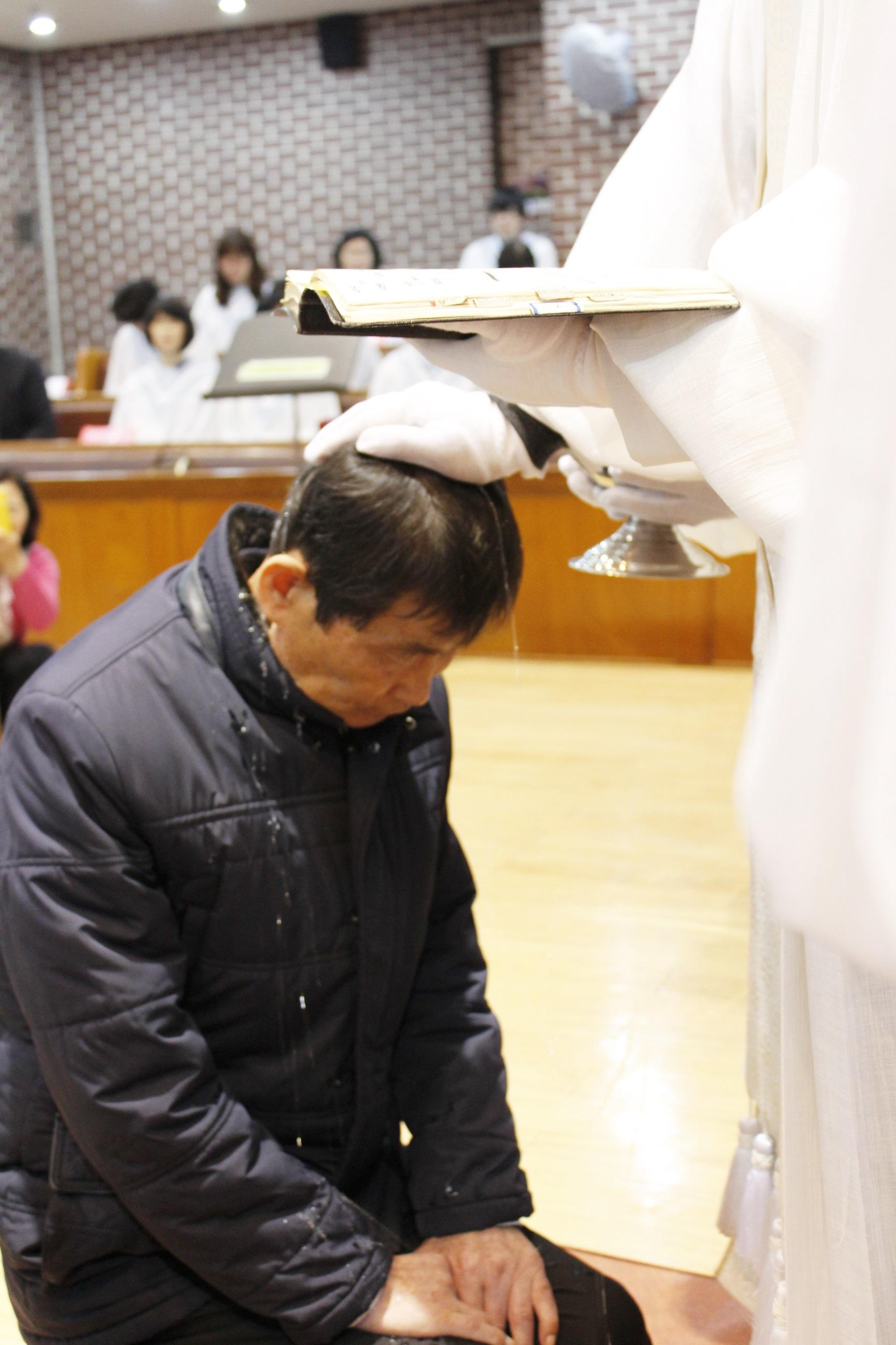 장년 세례식 사진 (8).JPG