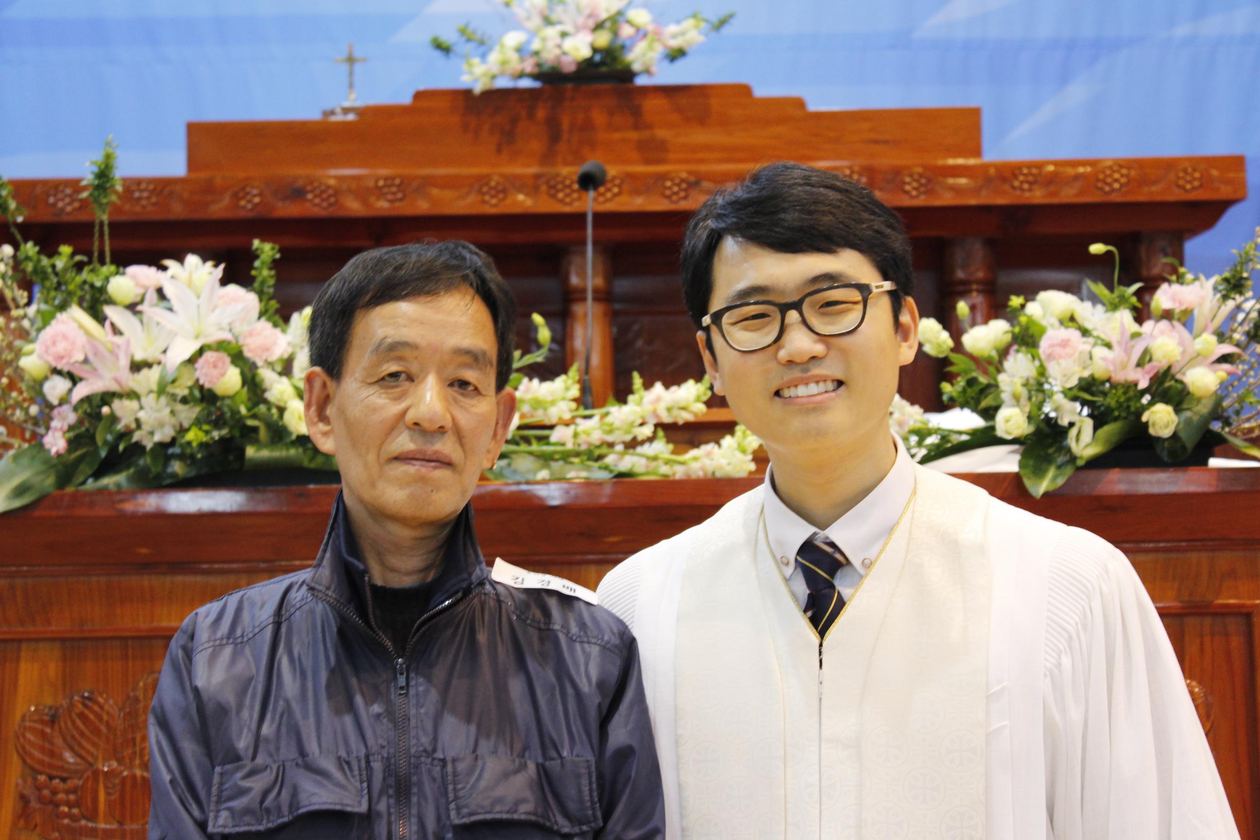 장년 세례식 사진 (15).JPG