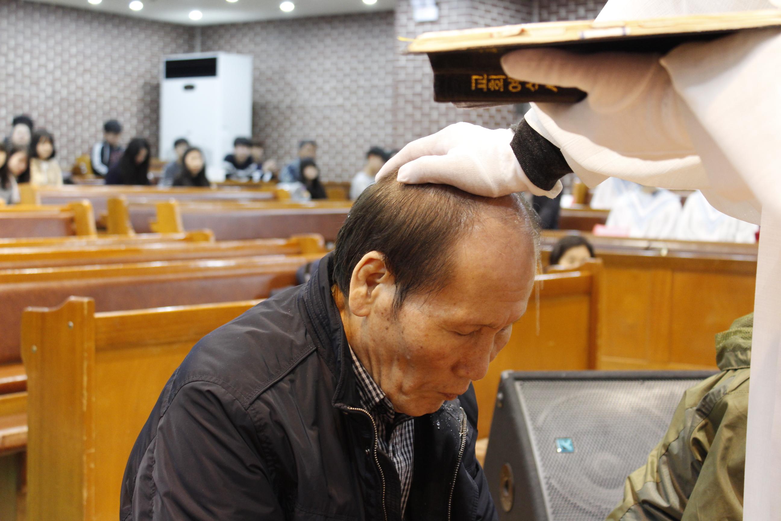 장년 세례식 사진 (6).JPG